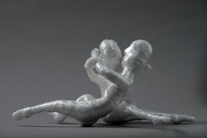 Männlicher und weiblicher Akt küssend